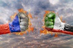 两有俄罗斯和阿联酋的旗子的拳头互相面对 库存照片