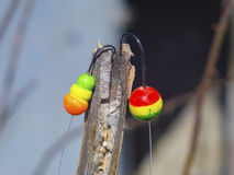 两有勾子的五颜六色的浮游物钓鱼的特写镜头 免版税库存照片