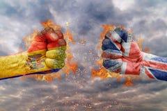两有摩尔多瓦和大英国的旗子的拳头面对在彼此 免版税库存图片
