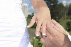 两有新结婚的圆环的手 库存照片