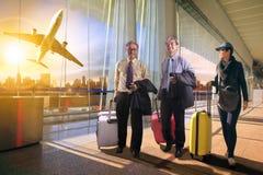 两有旅行的行李的走在空气的商人和妇女 免版税库存图片