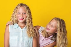 两有的女孩乐趣和笑 库存照片