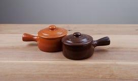 两有盒盖的单独陶瓷罐 图库摄影