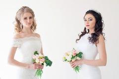 两有花束婚礼的婚姻的新娘 免版税图库摄影