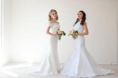 两有花束婚礼的婚姻的新娘 免版税库存照片