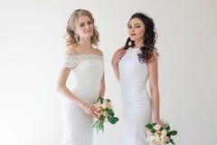 两有花束婚礼的婚姻的新娘 图库摄影