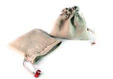两有领带的小大袋由粗糙的亚麻布制成在白色bac 库存照片