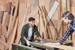两木匠合作和木材加工 免版税库存照片