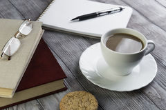 两本书、白色瓷咖啡用牛奶和茶碟 库存照片