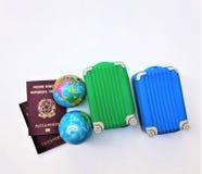 两本意大利欧洲护照,两个手提箱 库存图片