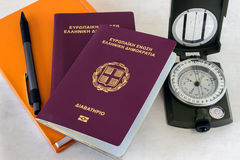 两本护照、指南针和橙色垫 概念- preparatio 免版税图库摄影