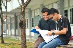 两本年轻学生阅读书 库存图片