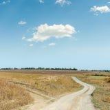 两朵农村路和云彩在蓝天 图库摄影
