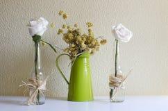 两朵白玫瑰和野花 免版税库存照片