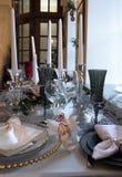 两朵白色兰花兰花在圣诞节桌里 免版税库存图片