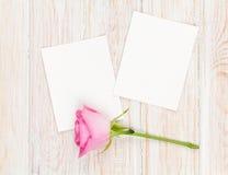 两朵空白的照片框架和桃红色玫瑰 免版税库存图片