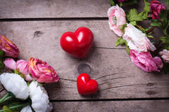 两朵红色装饰心脏和花 免版税库存图片