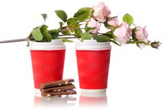 两朵纸板咖啡杯巧克力花 免版税库存图片