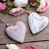 两朵装饰白色木心脏和花 库存图片