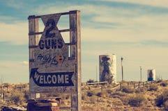 两杆枪沿路线66的鬼城 免版税库存图片