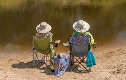 两条女孩抓住鱼 免版税库存图片