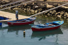 两条小开放小船为捉住在港口Los Cristianos的龙虾使用了在Teneriffe Los 库存照片
