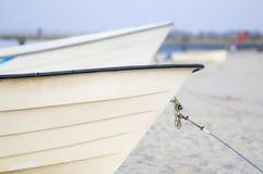 两条小船前面在海滩的 免版税图库摄影