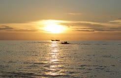 两条小船剪影在日落的海洋 免版税图库摄影