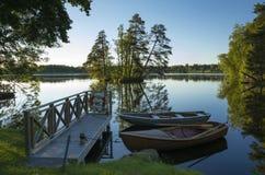两条小船和木桥在湖在瑞典 库存图片