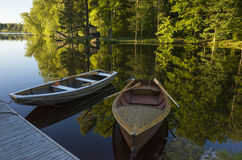 两条小船和木桥在湖在瑞典 免版税库存照片
