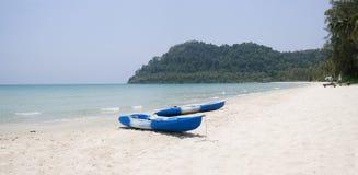 两条小船在一个热带海滩 图库摄影