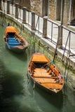 两条小船在一条运河停泊了在威尼斯意大利 免版税库存照片