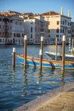 两条小船在一条运河停泊了在威尼斯意大利 免版税库存图片