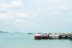 两条小船在停泊处靠近码头 免版税图库摄影