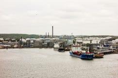 两条小船在储存箱附近靠了码头 免版税库存图片