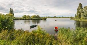 两条小船在河的河岸停泊了 库存照片