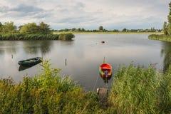 两条小船在河的河岸附近停泊了 免版税库存图片