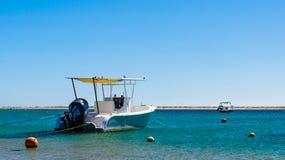 两条小船在海岸的背景的海在埃及 免版税库存图片