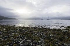 两条小船在海湾在斯凯岛小岛的Hourn水停泊了在一清早 库存照片