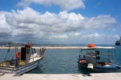 两条小船在Katakolon 免版税库存图片