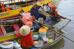 两条小船在Phong Dien浮动市场上 库存照片