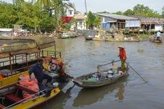 两条小船在Phong Dien浮动市场上 图库摄影
