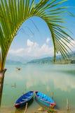 两条小船美丽的景色在湖的 免版税库存照片