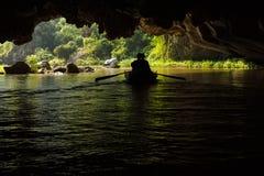 两条小船通过一个被充斥的洞在Trang联合国科教文组织世界H 库存照片