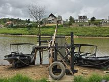 两条小船Nuwaraeliya斯里兰卡湖边新寂寞的葡萄酒 库存照片