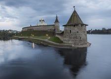 两条河的合流,伟大和Psk的普斯克夫克里姆林宫 免版税库存照片