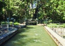 两条河的水闸疏导 库存照片