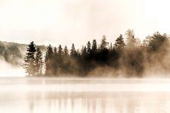 两条河阿尔根金族国家公园安大略加拿大日落日出湖有雾有雾的神秘的大气背景 免版税库存图片