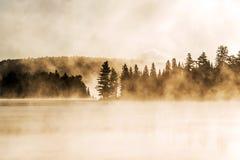 两条河阿尔根金族国家公园安大略加拿大日落日出湖有雾有雾的神秘的大气背景 库存图片