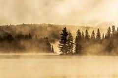 两条河阿尔根金族国家公园安大略加拿大日落日出湖有雾有雾的神秘的大气背景 图库摄影